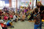 Kinder präsentieren ihre Bilder
